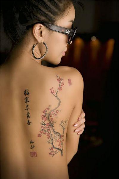 chińskie znaki i krzewy na plecach