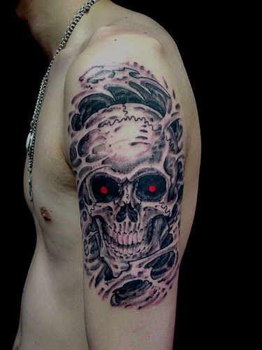 czaszka na ramieniu