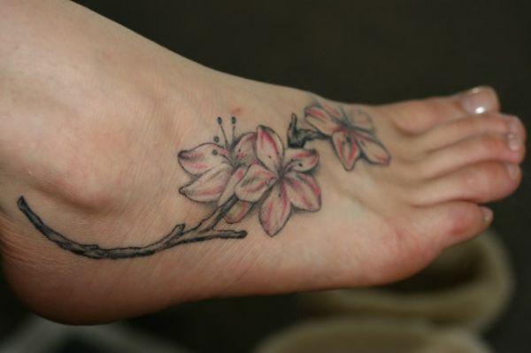 tatuaż kwiaty na stopie