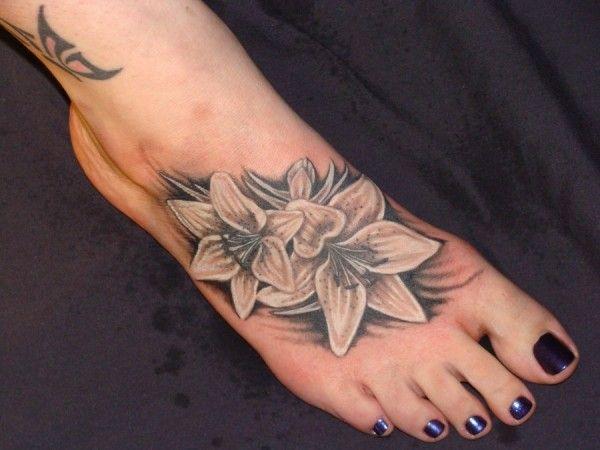 tatuaże kwiaty na stopie