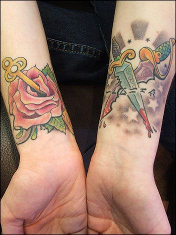 Tatuaż Róża I Sztylet Na Nadgarstku