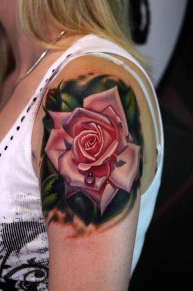 tatuaż róża na ramieniu