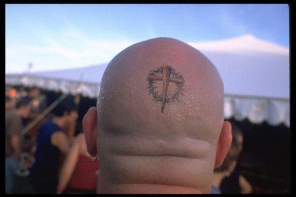 tatuaże krzyże na głowie