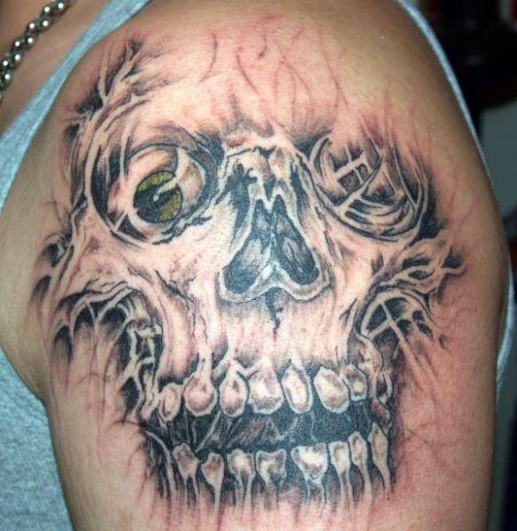 tatuaże czaszki na ramieniu