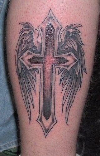 tatuaż skrzydła i krzyż