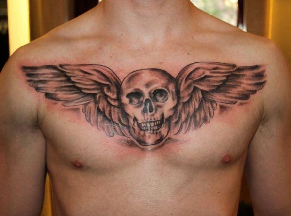 tatuaż skrzydła i czaszka na piersi