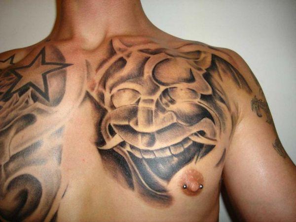 tatuaże gwiazdki na piersi