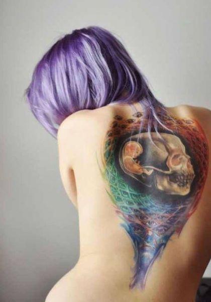 niesamowita czaszka na plecach