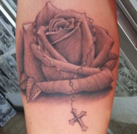 tatuaż różaniec i róża
