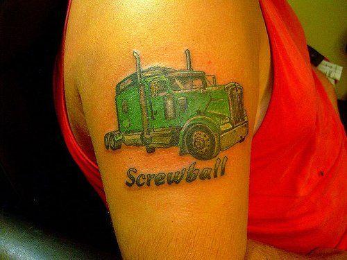 tatuaż ciężarówka na ramieniu