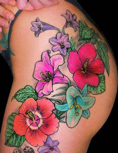 tatuaż kwiaty na udzie