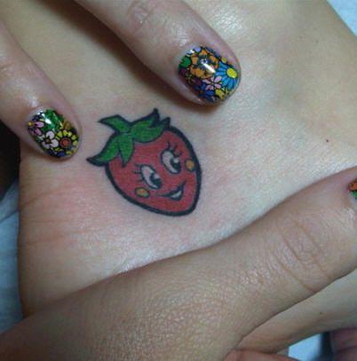 tatuaż truskawka na stopie