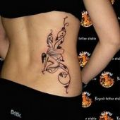 tatuaż, klęczący anioł nad udem