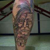 tatuaż, indianin na nodze