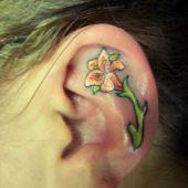 tatuaż kwiatek na uchu