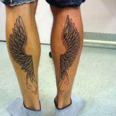 tatuaż skrzydła na nogach