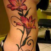 tatuaż kwiaty na boku kobiety