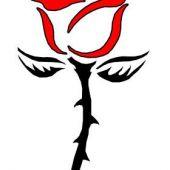 róża z czerwonym kwiatem tatuaż