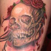 tatuaż czaszka z różami