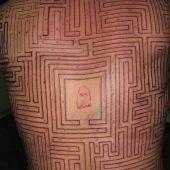 labirynt na plecach tatuaż