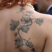 tatuaż liściasta roślina na plecach