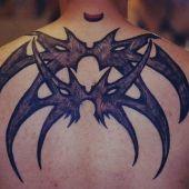 tribal na plecach tatuaż