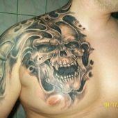 Czaszka na piersi tatuaż