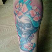 Czaszka z kwiatami tatuaż