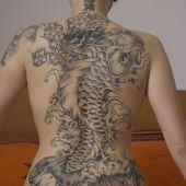 tatuaż chińska ryba na plecach
