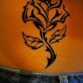 tatuaż róża na brzuchu