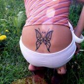 tatuaż piękny motyl na plecach