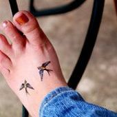 ptaki na stopie tatuaż
