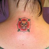czszka w róży na plecach