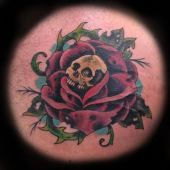 czaszka w róży tatuaż