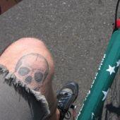 czaszka na nodze