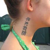 chiński napis na szyi