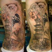chiński tatuaż na boku