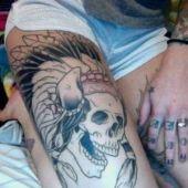indiańska czaszka na udzie