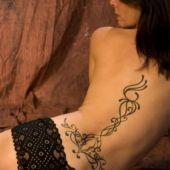 tribal na plecach kobiety
