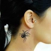 pająk za uchem