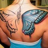 duży motyl na plecach
