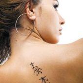 chińskie znaki na plecach