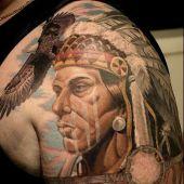 indianin i orzeł na ramieniu