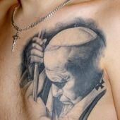 papież Jan Paweł II na piersi