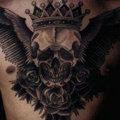 czaszka w koronie na piersi