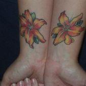 tatuaż kwiaty na nadgarstkach