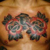 pantera i kwiaty na piersi