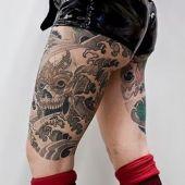 tatuaż czaszka na kobiecym udzie