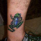 tatuaż żaby na nodze
