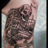 tatuaż statek i czaszka na nodze